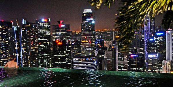 Singapour, bain de minuit NIKON D90, NIKKOR 18-200 VR bruit réduit.jpg